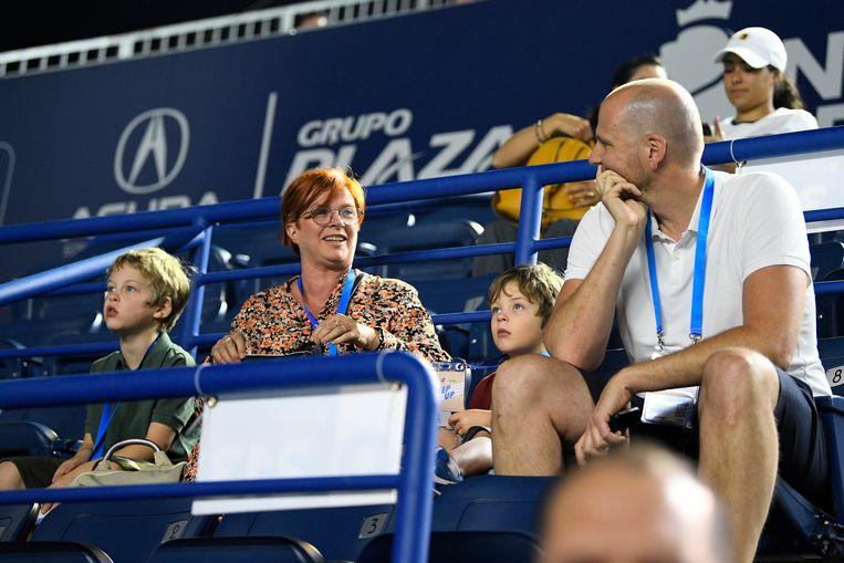 Ook de steun van zoontjes Jack (links) en Blake (tweede van rechts), mocht niet baten. Verder herkent u nanny Nicole en Bob Laes, de manager van Clijsters.