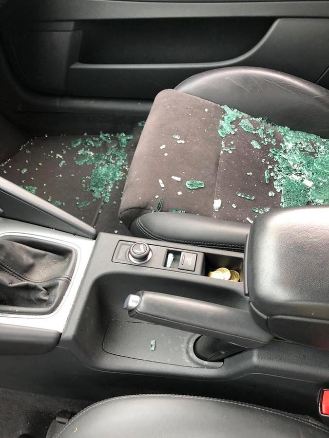 Gebroken glas op de stoelen. Het resultaat van de brutale autoinbraak.