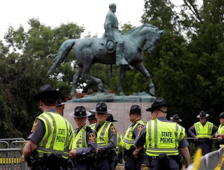 Agenten rond het gewraakte standbeeld van Robert E. Lee. Beeld reuters