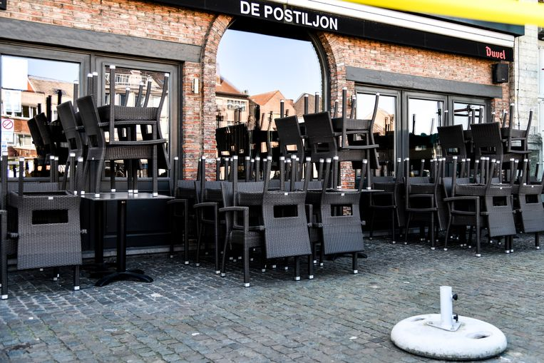 De terrassen op de Lokerse Markt zijn opgeborgen tot nader order.