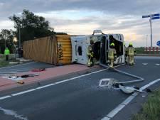 Vrachtwagen gekanteld op rotonde in Schoondijke