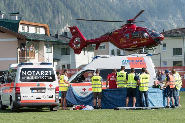 Medische diensten in het Oostenrijkse Zillertal bieden eerste hulp aan Ajax-speler Abdelhak Nouri, die tijdens het oefenduel met Werder Bremen last kreeg van hartritmestoornissen. Donderdag bleek dat de twintigjarige middenvelder blijvende hersenschade heeft, meldde zijn club Ajax.  Beeld ANP