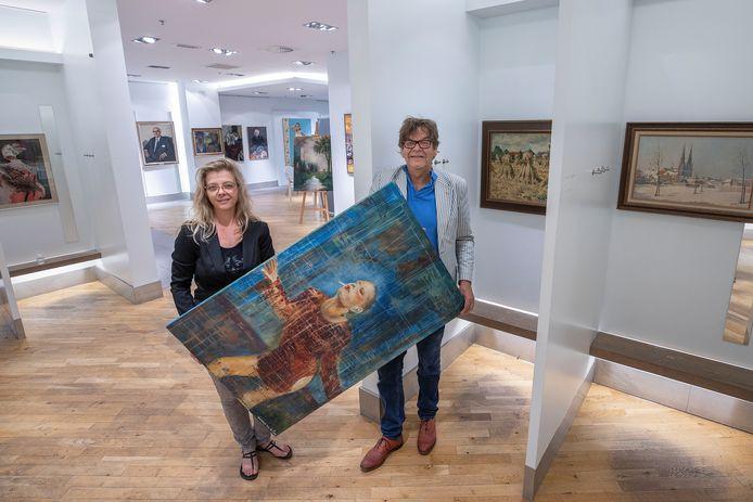 Daniëlle Verschuren en Jan van de Loo richten de Eindhovense expositie in.