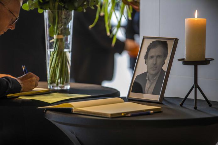 Advocaten tekenden het condoleanceregister voor doodgeschoten advocaat Derk Wiersum. De raadsman van kroongetuige Nabil B. werd op straat in Amsterdam-Buitenveldert geliquideerd.