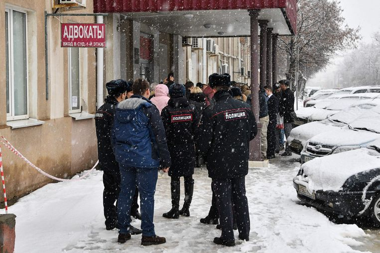 Demonstranten en ambtenaren in februari van dit jaar voor een Russische rechtbank waar een Deense Jehovah's Getuige tot zes jaar cel werd veroordeeld voor 'extremisme'. Beeld AFP