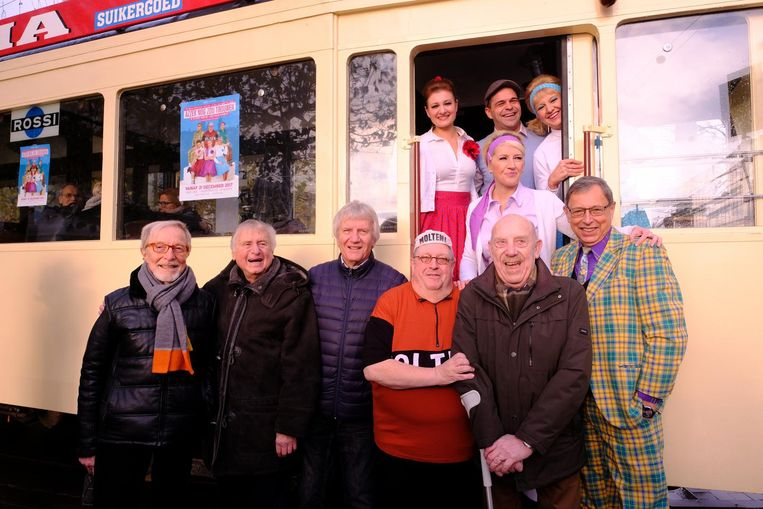 De cast van Azzek Nog Zou Trouwen met De Strangers voor de tram.