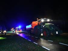 Grote trekker ramt auto van achteren in Kloosterhaar, man gewond