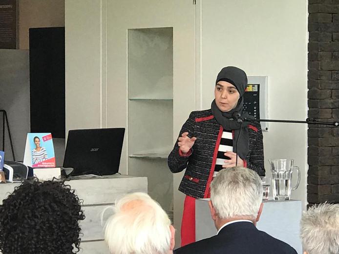 Wethouder Lahlah tijdens haar lezing over armoedebeleid.