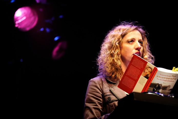 Schrijfster Suzanna Jansen leest voor uit haar boek 'Het pauperparadijs'. Archieffoto