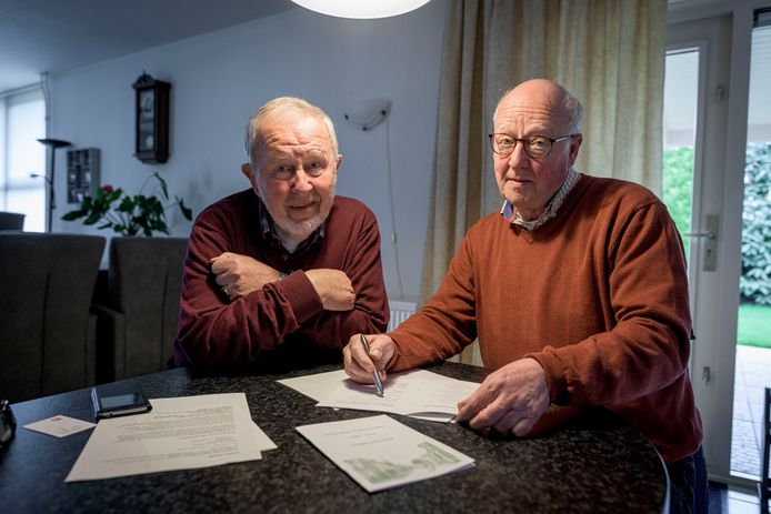 Freek Lindenhovius (links) en Hardy Ellenbroek buigen zich over de teksten voor de Veurjoarsvesite.