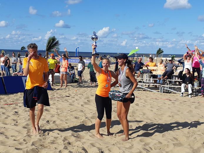 Anne Hoogendam houdt de beker omhoog. Ze is Nederlands kampioen.