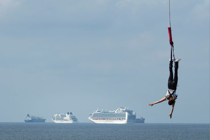 Vanwege de coronacrises zijn veel cruiseschepen opgelegd op de Noordzee voor Scheveningen.
