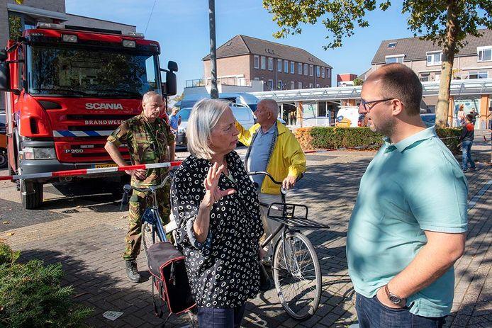 Burgemeester Marriët Mittendorff in gesprek met John Reijnen van fysiotherapiepraktijk Medical Training Malden. Patiënten die hier zaterdagochtend op de behandeltafel lagen, zijn naar huis gestuurd.