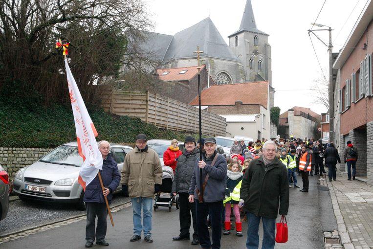 De bedevaarders verzamelen voor de groepsstart, met centraal Roger Wouters, die al 31 jaar met het kruis voorop loopt.