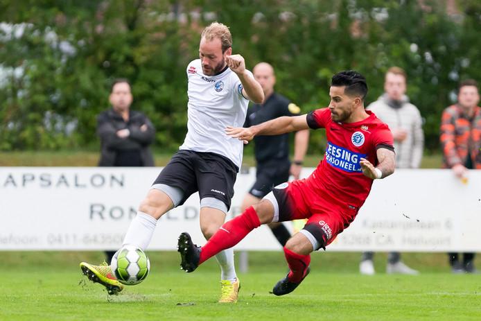 Niek Vossebelt (wit) voor FC Den Bosch in actie
