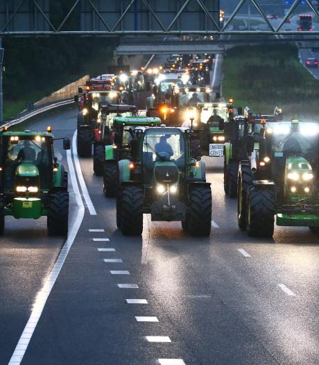 Man (33) opgepakt voor rijden met zijn tractor over A15: 'Levensgevaarlijk'