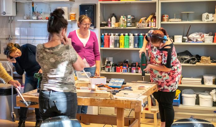 Bij Toonbeeld wordt de basiscursus klussen voor vrouwen gegeven. Nadine de Wever oefent met een boormachine. Terwijl Esther Splinter (m) haar uitleg geeft.