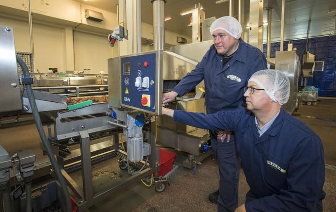 Manager technische dienst, Werner Ostendorff (staand), en collega Johan Bastiaans bij een van de productielijnen van Vivera.