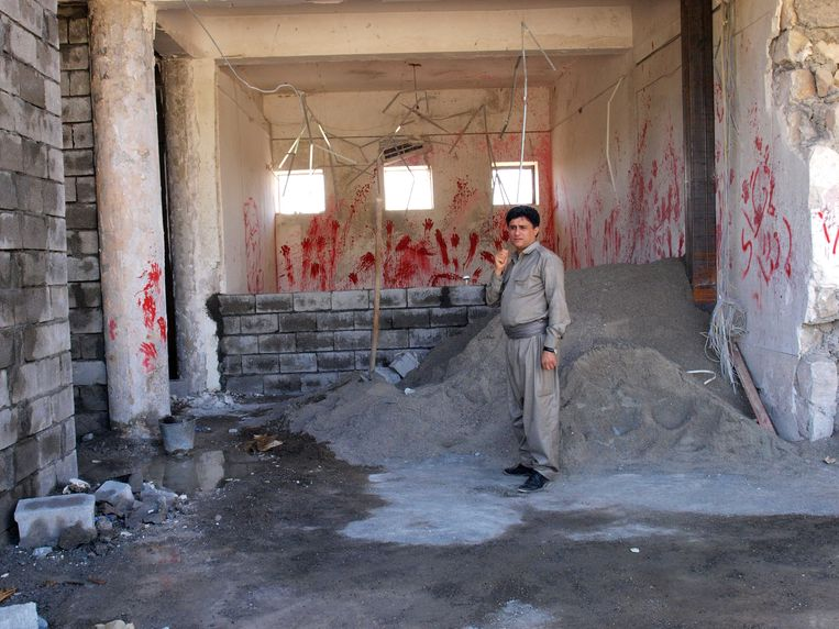 De tweede man van de Iraans-Koerdische verzetsgroep KDPI, Asso Hassanzedeh, bij het verwoeste kantoor.  Beeld Judit Neurink