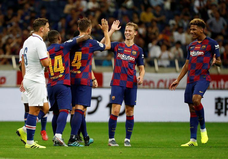 Frenkie de Jong viert het doelpunt van Barcelona met aanvoerder Ivan Rakitic. Beeld REUTERS