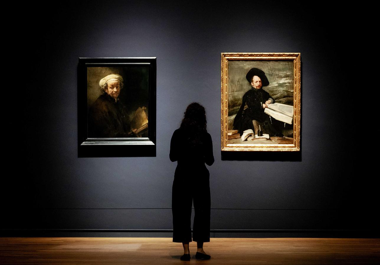 De schilderijen Zelfportret als apostel Paulus van Rembrandt van Rijn en Nar met Boeken van Diego Velazquez tijdens de preview van de tentoonstelling Rembrandt-Velazquez.