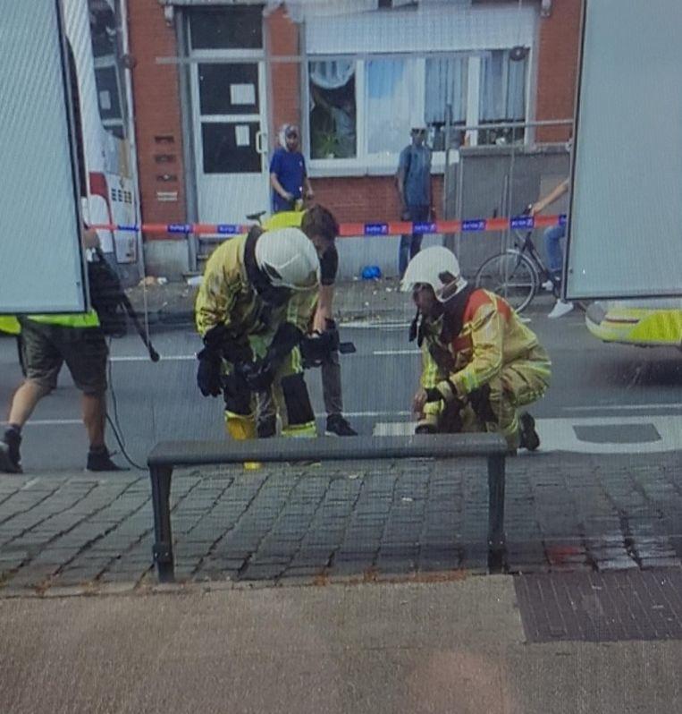 De brandweer onderzoekt op de plaats delict resten van het zuur.