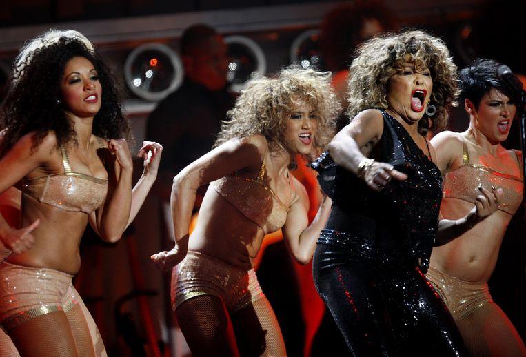 Tina Turner in de GelreDome: bijna zeventig is ze alweer, maar ze zingt en danst alsof griep en ouderdom niet bestaan. Foto EPA/Robert Vos Beeld