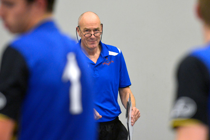 Harry Proost langs de lijn bij Pegasus. Zijn zoon Björn volgt hem op als coach van het mannenteam bij de Nijmeegse volleybalclub.