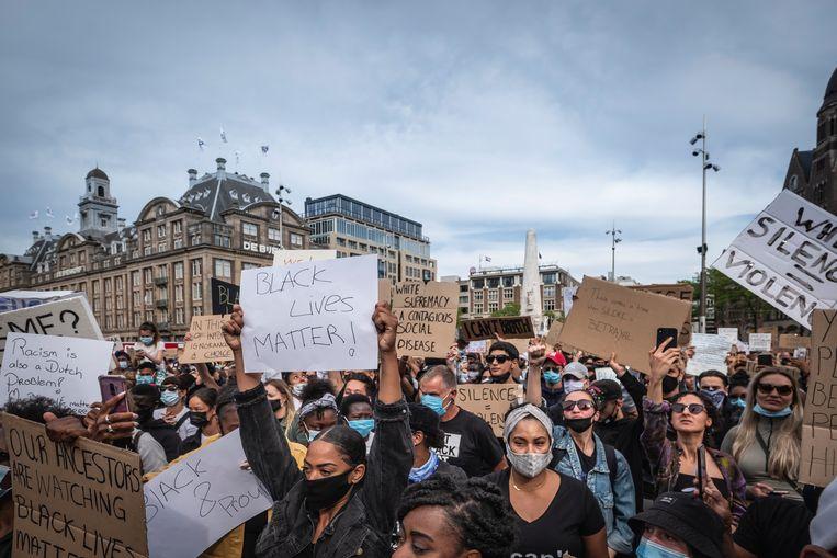 Op de Dam verzamelden zich maandagavond zo'n 5000 mensen. Beeld Dingena Mol