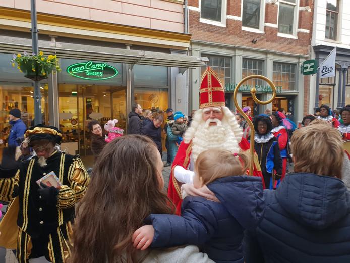 Deze foto is gemaakt vandaag in Gorinchem. Op de foto onze dochter Isabella die nu voor het eerst Sinterklaas ziet.