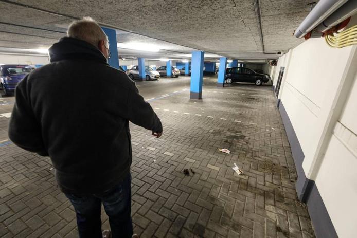 Een bewoner die anoniem wil blijven, wijst op een 'mensendrol' in de parkeergarage van het complex waar hangjeugd voor overlast zorgt.