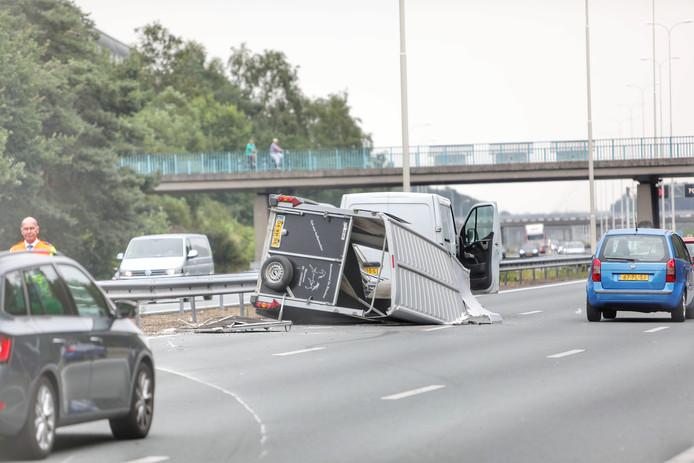 Een paardentrailer in moeilijkheden op de A28. Het paard kon gelukkig bevrijd worden.