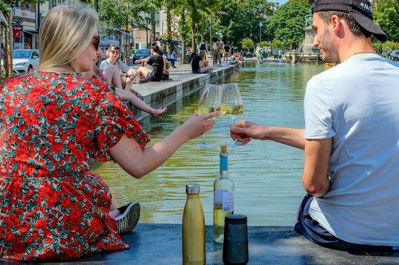 Verfrissing zoeken met een wijntje en de verkoeling van het water op de Vismarkt.