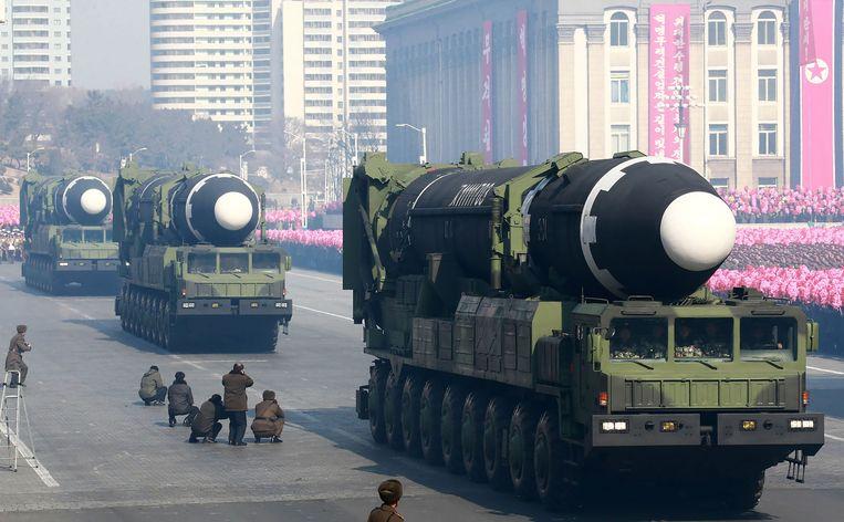 De Hwasong-15 wordt getoond tijdens een militaire parade.