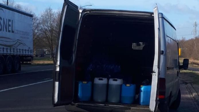Busje met tientallen liters grondstoffen voor drugs aan de kant gezet in Budel.