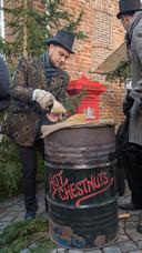 Dat is duidelijk: warme kastanjes. Op het terrein wordt van alles verkocht.