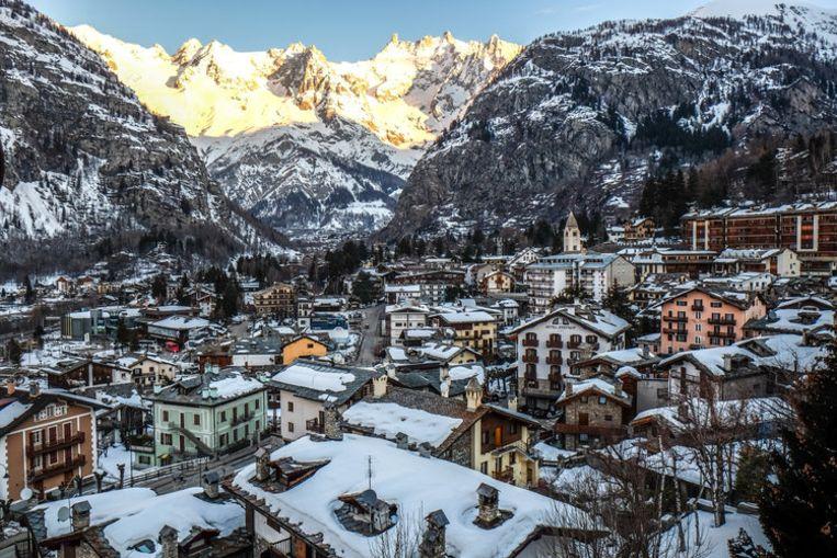 In de vallei wordt onder meer in Courmayeur, met 2.800 inwoners, voorzorgen getroffen voor als de ijsmassa naar beneden stort.