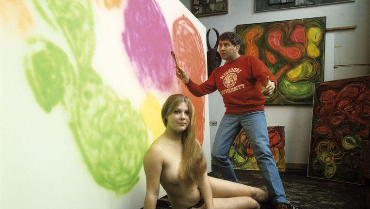 Kunstenaar-schrijver Jan Wolkers met model Karina Gnirrep, zijn latere vrouw, in 1967. Beeld Hollandse Hoogte / Spaarnestad Photo