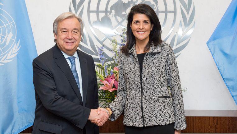 Secretaris-generaal van de VN Antonio Guterres met de nieuwe Amerikaanse VN-ambassadeur Nikki Haley.