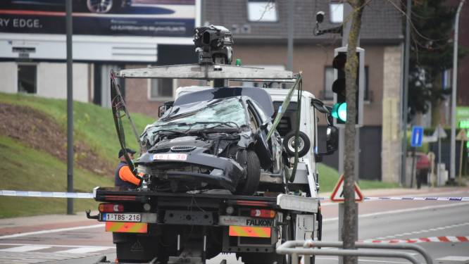 Man (92) verliest controle over het stuur en botst tegen geparkeerde wagens