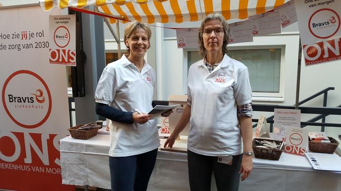 Esmee Geerts (l.) en Annemieke van Broekhoven op de inspiratiemarkt in de hal van Bravis ziekenhuis Roosendaal. In de kraam van beide 'ambassadeurs' kon iedereen suggesties over hoe de (ziekenhuis)zorg er anno 2030 uitziet.