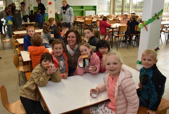 De leerlingen komen even op kracht in de nieuwe eetzaal.