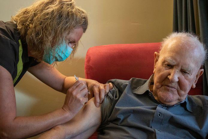 Ook voor Felix Pareyn (94) is er een coronaprik.