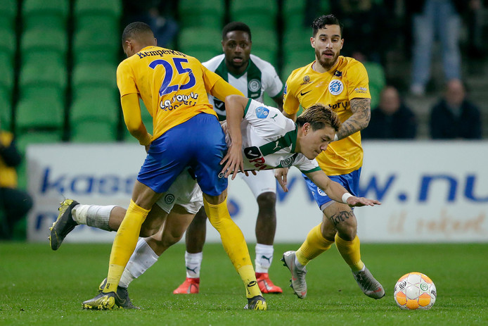 De Graafschap-spelers Delano Burgzorg en Jordy Tutuarima (rechts) in actie tijdens het verloren duel met FC Groningen.
