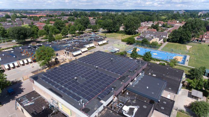 Zonnepanelen op sporthal De Laar West in Arnhem.