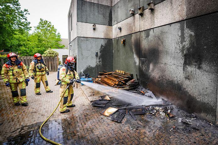 Een stapel afvalhout vatte vrijdagmiddag vlam in Eindhoven.