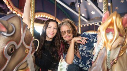 Aerosmith-zanger Steven Tyler (70) maakt ritje in zijn 'eigen' rollercoaster in Disneyland Paris