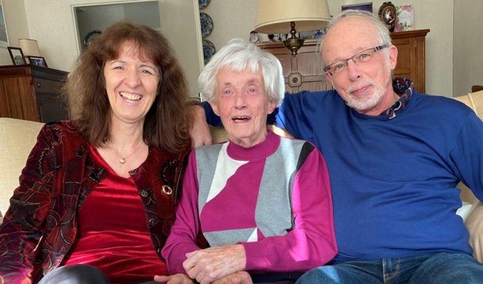 Mevrouw Vroegop-Van Emst (midden) woont binnenkort in Het Gastenhuis. Links en rechts van haar zitten Wilma en Bert Vroegop.
