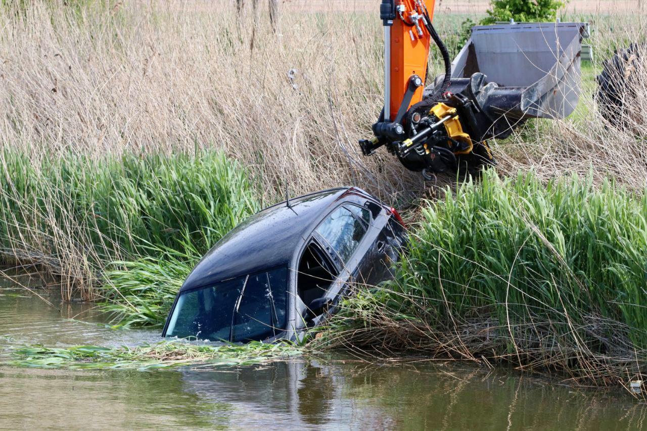 Een man is vrijdagmiddag met zijn auto in het water gereden op Urk.