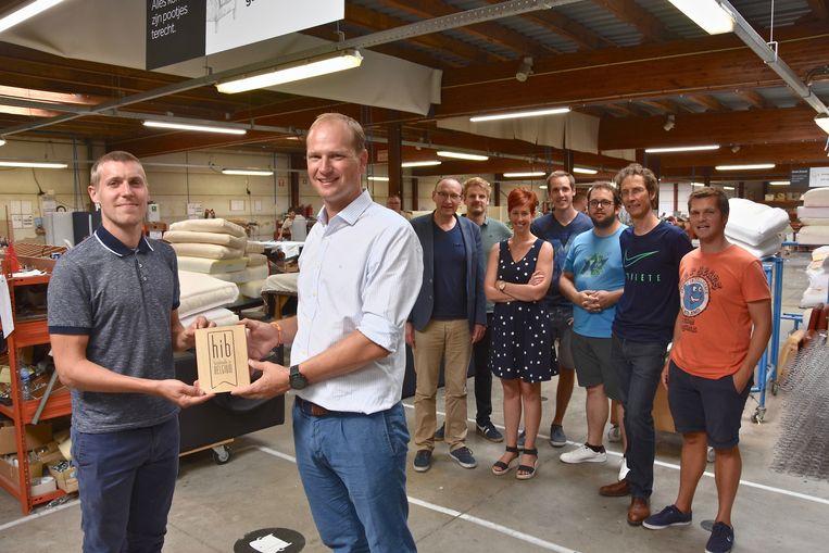 HIB-label voor zetelfabriek Demuynck in Wevelgem. Zaakvoerder Thierry Demuynck met Mattijs Baekelant van UNIZO.